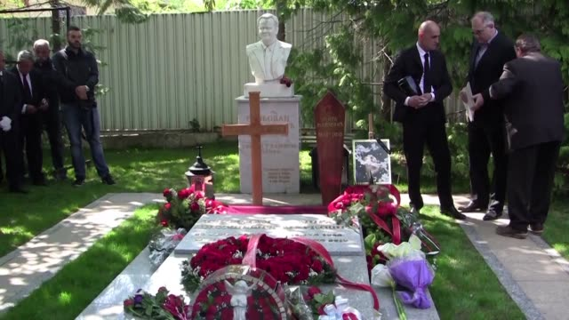 stockvideo's en b-roll-footage met the ashes of mirjana markovic the widow of serbian strongman slobodan milosevic are buried in serbia along with her late husband - weduwe