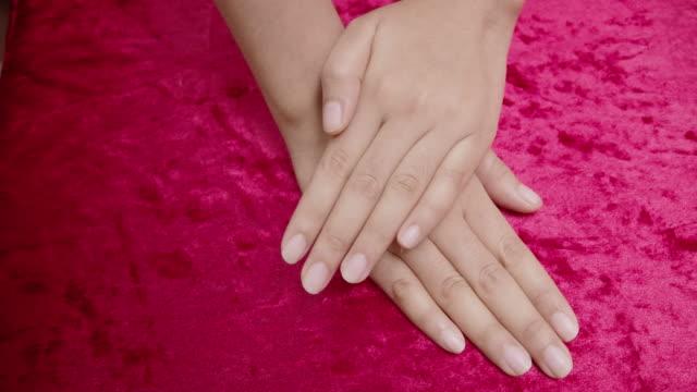 アジアの女の子は、彼女は彼女の爪を描いています - マニキュア液点の映像素材/bロール