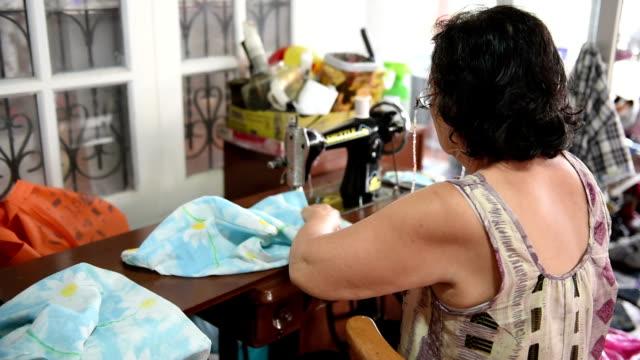 アジア女性の手芸います。 - デザイナー服点の映像素材/bロール