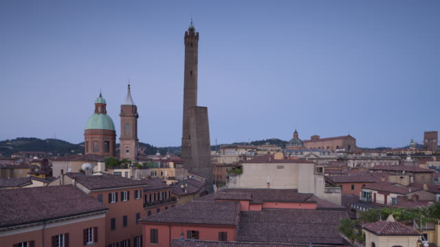 the asinelli and garisenda towers in bologna. - tower stock-videos und b-roll-filmmaterial