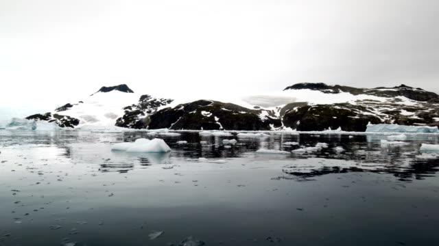 vidéos et rushes de le bateau d'assaut patrouillé sur la baie de radia - antarctique