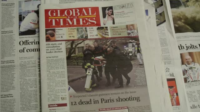 vídeos de stock, filmes e b-roll de the attack on the offices of a french satirical magazine that claimed 12 lives in paris is front page news across china and taiwan - sátira