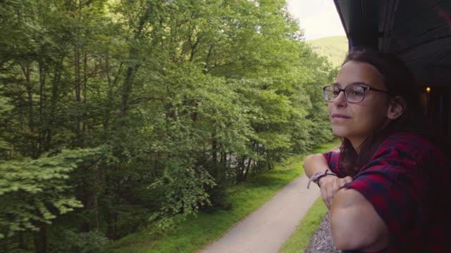 Die attraktive 15 jährige Teenager-Mädchen genießen die Zugfahrt durch die malerische Landschaft.