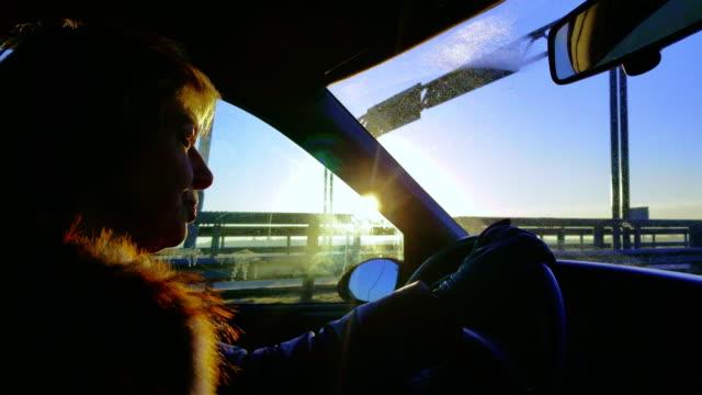die attraktive reife 50 jahre alt kurzhaarige frau das auto auf der autobahn zu fahren - 50 54 years stock-videos und b-roll-filmmaterial