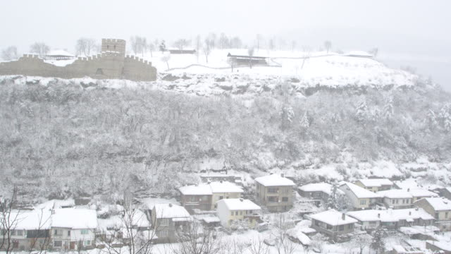 the authentic asenova quarter in the historic town of veliko tarnovo covered by snow - osteuropäische kultur stock-videos und b-roll-filmmaterial