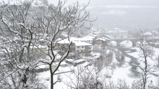 vídeos de stock e filmes b-roll de the authentic asenova quarter in the historic town of veliko tarnovo covered by snow - cultura da europa de leste