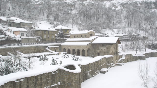 the authentic asenova quarter in the historic town of veliko tarnovo covered by snow - festung stock-videos und b-roll-filmmaterial