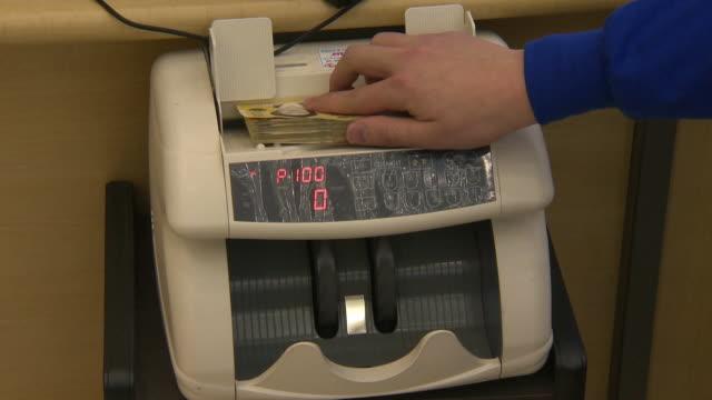 vídeos y material grabado en eventos de stock de the automatic machine counting a fifty thousand won in notes - contar