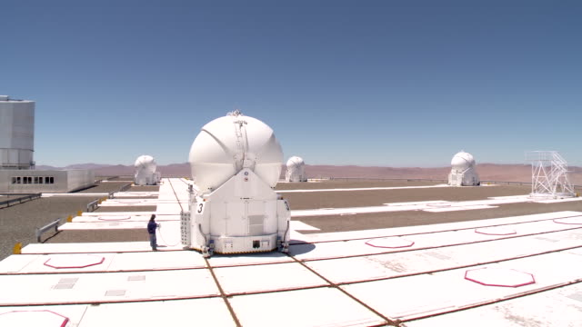 stockvideo's en b-roll-footage met the auxiliary telescopes are 18m diameter telescopes that feed light into the very large telescope interferometer at eso's paranal observatory... - zuidelijk halfrond