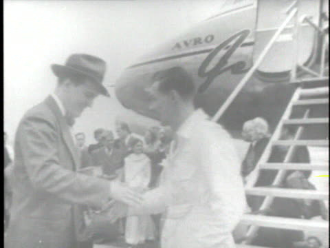 the avro jetliner makes the first international airmail delivery in north america, from toronto to new york; public officials smoke a peace pipe... - 航空便点の映像素材/bロール