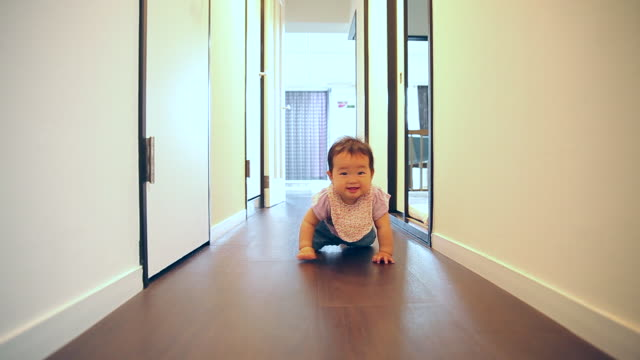 stockvideo's en b-roll-footage met the baby who crawls - dichterbij komen