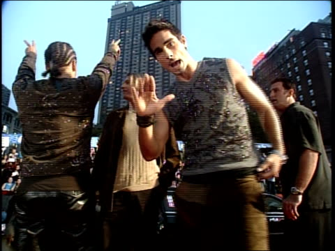 vídeos y material grabado en eventos de stock de the backstreet boys are attending the 1999 mtv video music awardss kevin richardson is saying hello to his mom - 1990 1999