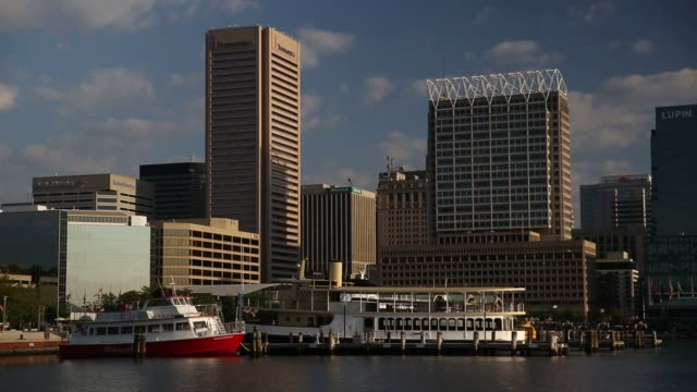 vidéos et rushes de the baltimore skyline stands in baltimore maryland us on wednesday aug 26 2015 shots wide shots of the skyline as commuters visitors joggers and... - baltimore