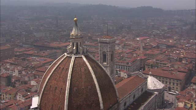 vídeos de stock, filmes e b-roll de the basilica di santa maria del fiore contains a large dome and giotto's bell tower. - domo