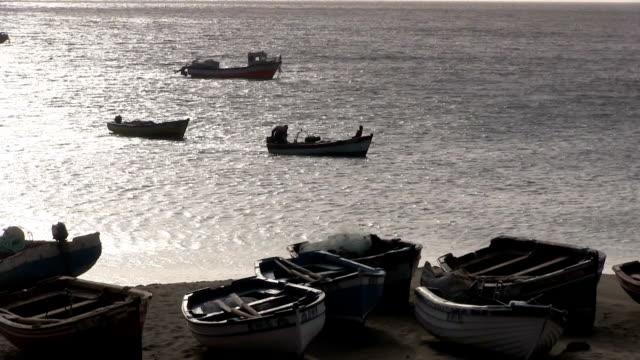 vídeos y material grabado en eventos de stock de the beach and fishing boats cape verde, sao vicente island. - cabo verde