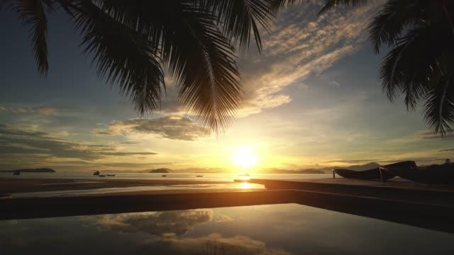 der strand von payam island, ranong thailand - küste stock-videos und b-roll-filmmaterial