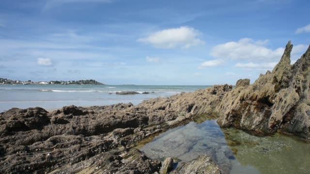 the beach at roches d'argent, plestin les graves. - gezeitentümpel stock-videos und b-roll-filmmaterial