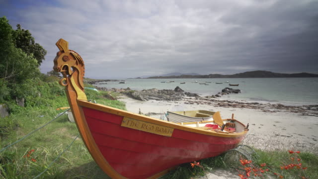 the beach in the village baile mòr, iona, scotland, with traditional fishing boats - scottish culture stock videos & royalty-free footage