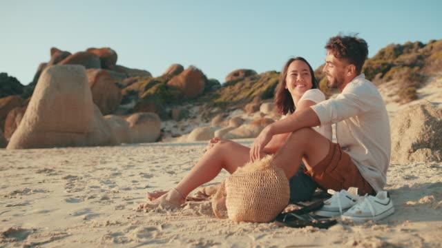 ビーチは、デートのための美しい場所です - 恋に落ちる点の映像素材/bロール