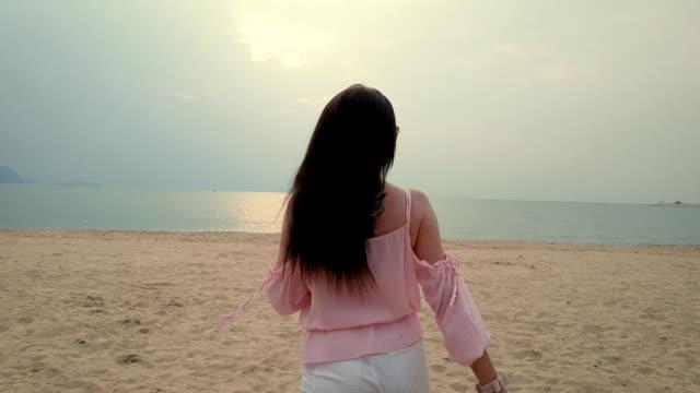 のビーチ  - 人の背中点の映像素材/bロール