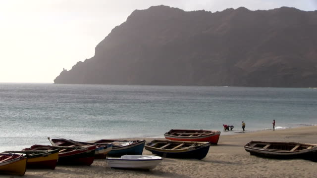 vídeos y material grabado en eventos de stock de the beach with the boats cape verde, sao vicente island. - cabo verde