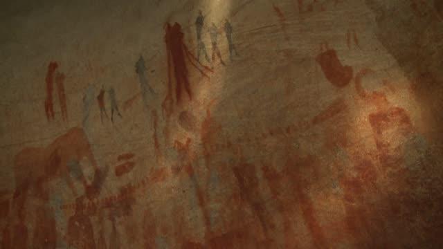 vídeos y material grabado en eventos de stock de the beam of a flashlight shines erratically across bushmen cave paintings. available in hd. - jeroglífico