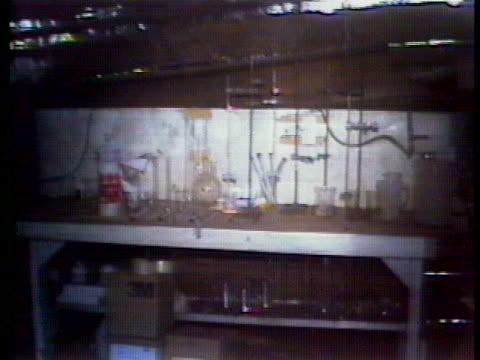 the beam of a flashlight shines on drug paraphernalia on a shelf. - crime or recreational drug or prison or legal trial 個影片檔及 b 捲影像