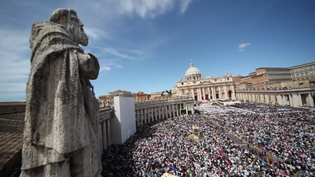 stockvideo's en b-roll-footage met the beatification of pope john paul ii at saint peter's square on may 01 2011 in vatican city vatican - sint pietersplein
