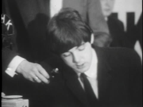 the beatles interview with reporters after their return to los angeles in 1964. - 1964 stock-videos und b-roll-filmmaterial