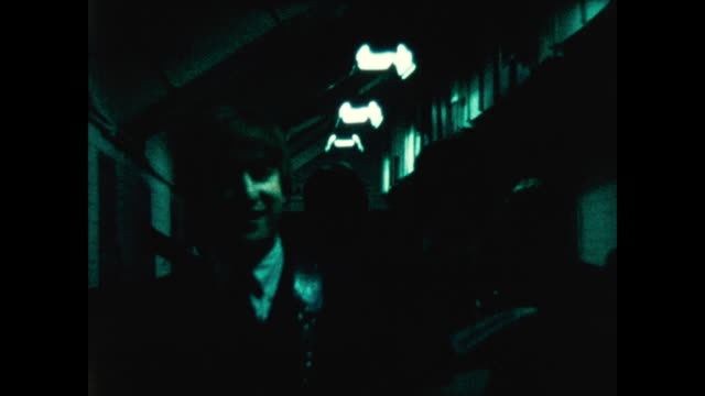vidéos et rushes de the beatles on their way to the stage from the dressing room carrying their instruments - the beatles