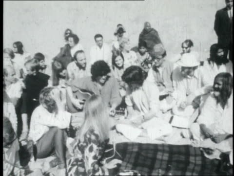 vidéos et rushes de the beatles playing for maharishi mahesh yogi and a group of people on a beach / india - the beatles