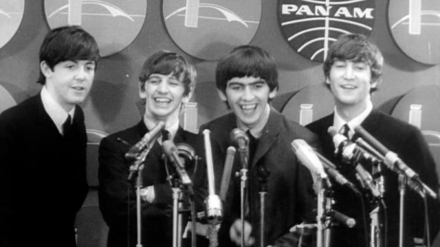 vídeos de stock e filmes b-roll de the beatles pose for photographs at press conference / they joke and laugh and dance around february 07 1964 in new york new york - 1964