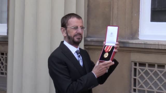 the beatles' ringo starr receives a knighthood and author jilly cooper is honoured with a cbe at a ceremony in buckingham palace - ringo starr bildbanksvideor och videomaterial från bakom kulisserna