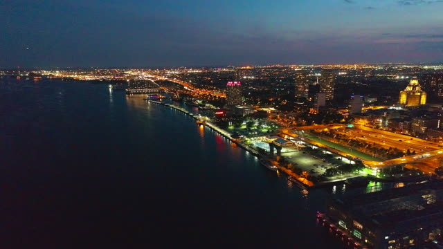 vídeos de stock e filmes b-roll de the beautiful aerial view of philadelphia waterfront at night. - ponte ben franklin