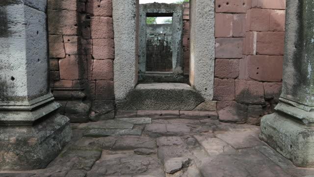 vídeos y material grabado en eventos de stock de la bella del parque histórico de phimai, tailandia - ruina antigua
