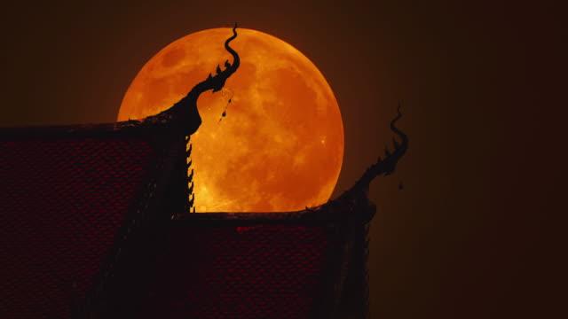 vídeos de stock, filmes e b-roll de beautiful telhado do templo tailandês em noite de lua cheia - meia noite