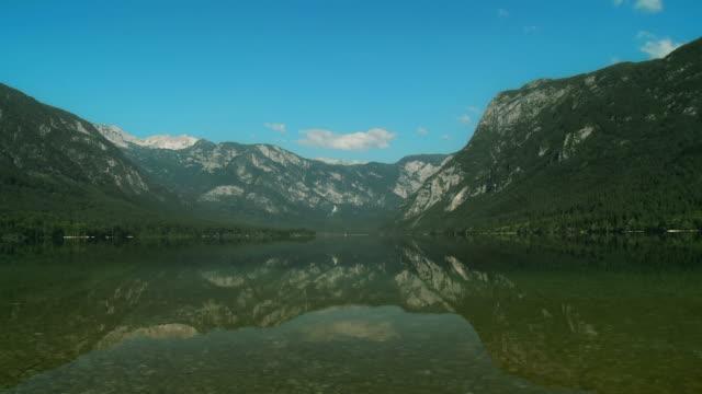 vídeos de stock, filmes e b-roll de dolly hd: a beleza do lago bohinj - ponto de referência natural
