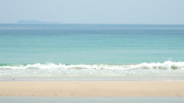 Die Schönheit des Sandes und die ruhigen Wellen