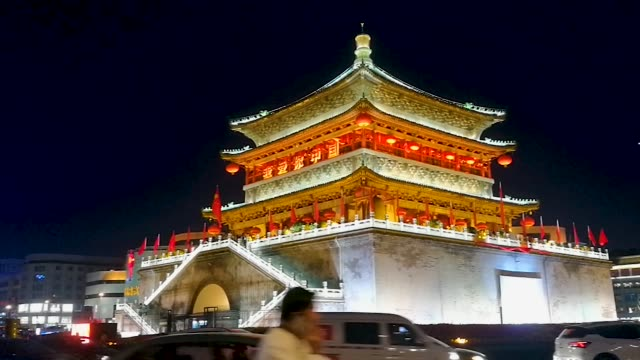 vidéos et rushes de the bell tower in the center of xi'an city, shaanxi province, china, has a busy traffic in the evening - clocher élément architectural