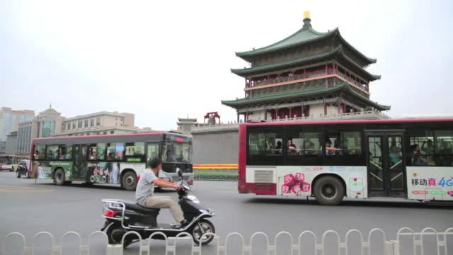 vídeos de stock e filmes b-roll de the bell tower of xi'an - campanário caraterística arquitetural