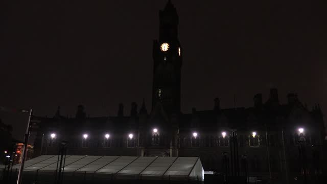 the bells of bradford town hall play you'll never walk alone in memory of cap sir tom moore, plus shots of sir henry mitchell house, which was lit... - プラスキー点の映像素材/bロール