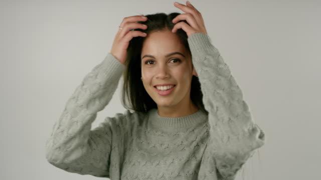 die vorteile einer tollen haarpflege-routine - lang stock-videos und b-roll-filmmaterial