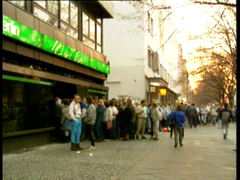 vidéos et rushes de the berlin wall starts to crumble official crossing points of berlin wall traffic from east to west east berliners shopping in west berlin queues... - 1980 1989