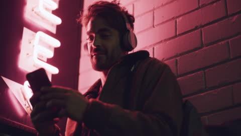 vídeos y material grabado en eventos de stock de los mejores ritmos en el bloque - letrero de neón