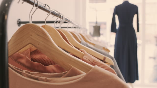 stockvideo's en b-roll-footage met de beste mode tegen de beste prijzen - kledingwinkel