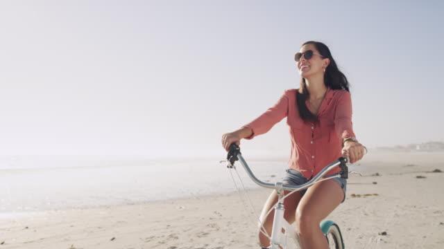 vídeos de stock, filmes e b-roll de o melhor caminho para a felicidade é em uma bicicleta - acessório ocular