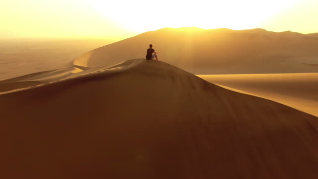 the best seat for a desert sunrise - terreno accidentato video stock e b–roll