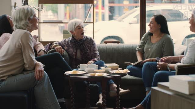 vídeos y material grabado en eventos de stock de el mejor lugar para una comunidad de amantes del libro - female friendship