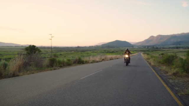 die beste art der roadtrip - motorrad stock-videos und b-roll-filmmaterial