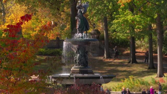 vídeos de stock e filmes b-roll de the bethesda fountain in central park on a fall day - fonte bethesda